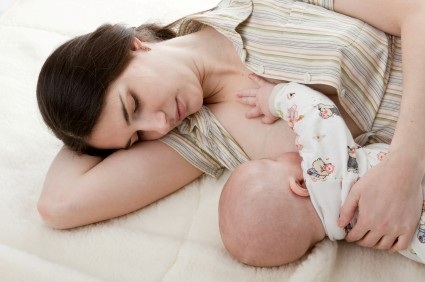 Nhờ người ti hộ khi sữa chưa kịp về, hoặc khi trẻ quá yếu không thể ti được