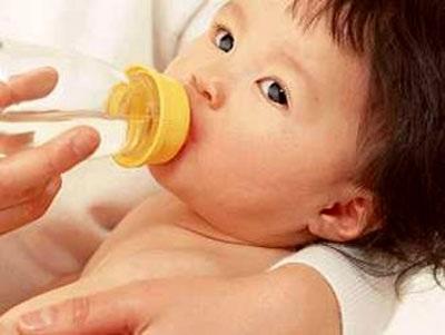 Lúc nào trẻ sơ sinh cần uống nước?