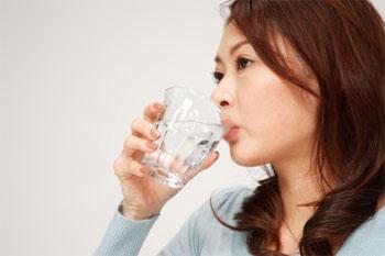 Uống nước có thể giúp chữa nấc cụt