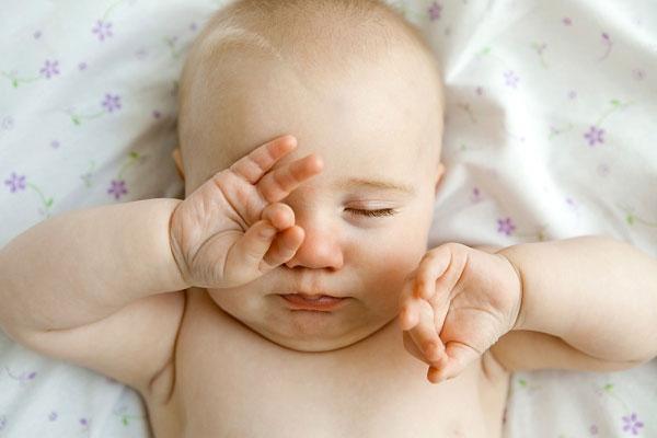 Đại tiện ở trẻ sơ sinh 3,5 tháng tuổi
