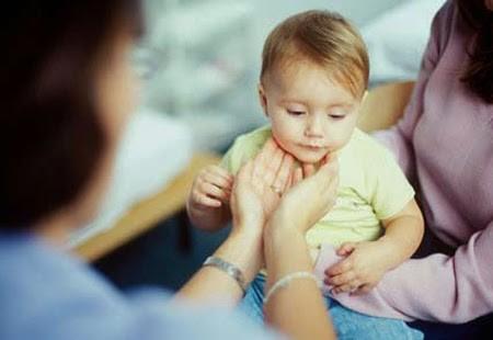 Viêm amidan ở trẻ em có biểu hiện gì